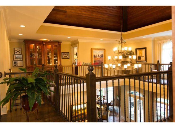 这是一处考究的欧式住宅,所在的社区是一个最著名的社区,名为:The Biltmore of Arbor Springs Plantation。本住宅的外墙全部采用天然城堡石材垒砌而成,带有雪松木梁柱,通往定制式的红木和铁质入口。主卧位于主楼层,自带起居室和双边壁炉。有正式餐厅、美食厨房(带有专用的烧烤露台)。大厅采用了颇具异域风情的天然木材装修。设有多个客人套间、浴室、双人办公套间(带独立的进出门)。露台楼层铺设有石灰石地板,安装有砖质拱门,环绕着一个颇具异域风情的仿古花岗岩酒吧间、多媒体放映室、健身房、